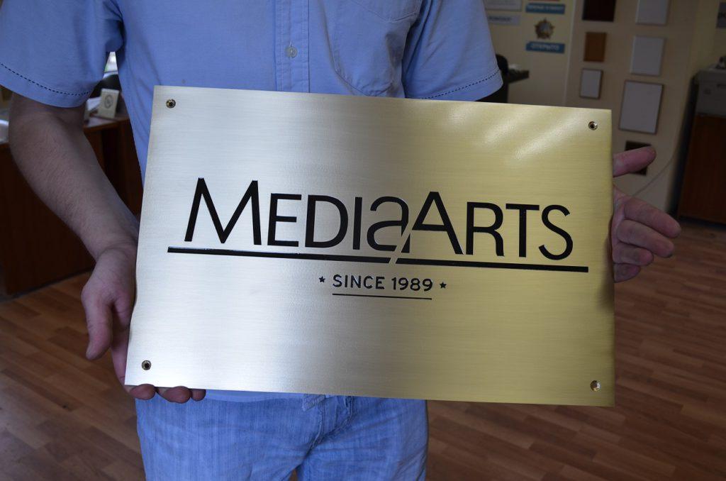 Латунные таблички на собственном производстве от компании medianame